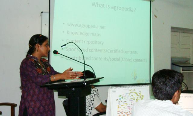 Mrs. Meeta Bagga of IIT-K, demonstrating the agropedia portal